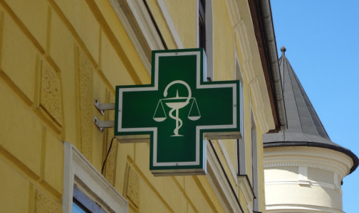 Фото №1 - Заведующие аптеками выиграли в зарплатах за время пандемии. Российские работодатели готовы увеличивать их доходы и дальше