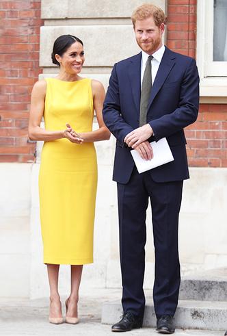 Фото №7 - Цвет силы: как Мелания Трамп, Меган Маркл и другие успешные женщины вводят в моду желтые платья