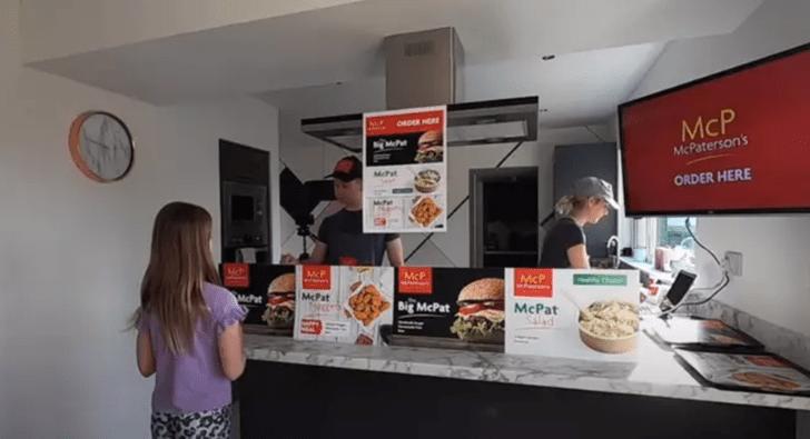 Фото №2 - Семья построила дома аналог «Макдоналдса», чтобы занять детей на карантине (фото и видео)
