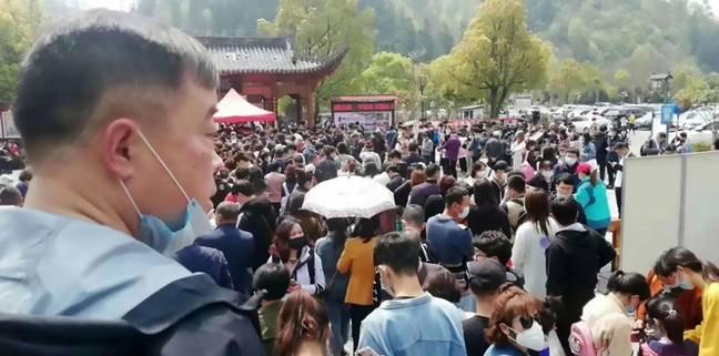 Фото №1 - Многотысячная толпа китайцев собралась в туристическом парке, открывшемся после коронавируса (видео)