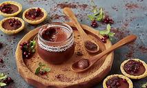 Тарталетки с шоколадным кремом и брусникой