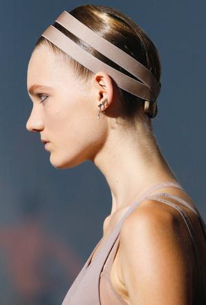 Фото №16 - Заколки, ободки и резинки: самые модные украшения для волос нового сезона