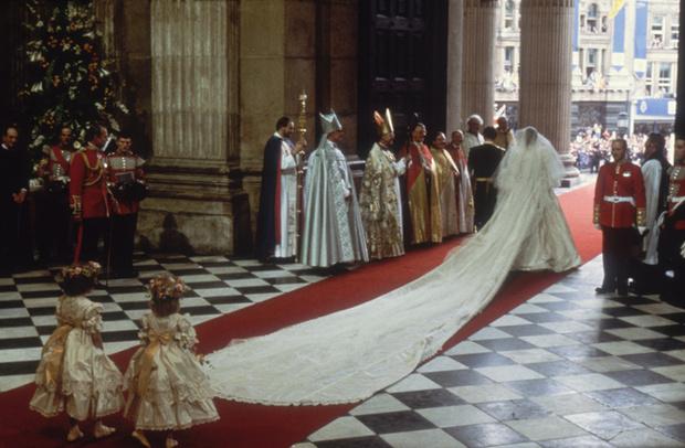Фото №9 - Секретное свадебное платье принцессы Дианы