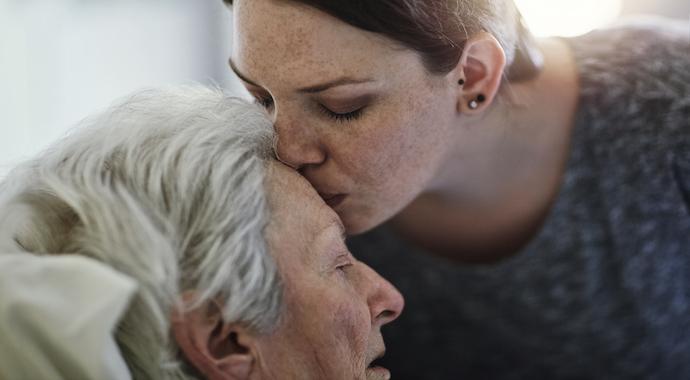 Как пережить угасание родителей: советы психолога