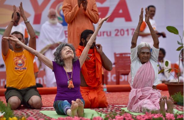 Фото №2 - «Я не верю в возраст: умерла самая старая йогиня в мире