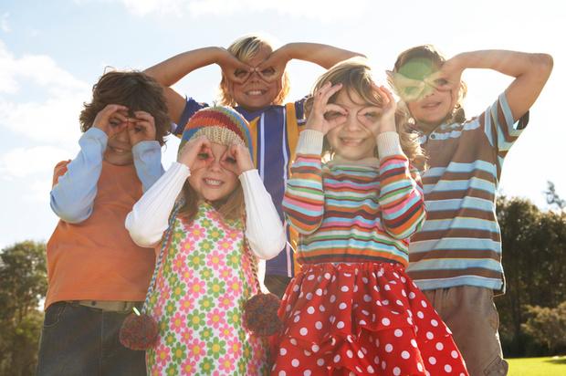 Фото №1 - Почему дети так любят яркую одежду?
