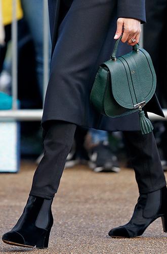 Фото №7 - С подтекстом: почему каждая вещь в наряде Меган Маркл в Уэльсе – это модное заявление будущей герцогини