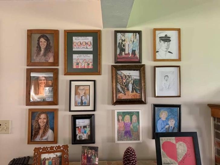 Фото №11 - Дочь каждый день подменяла по одному семейному фото неумелыми рисунками, а родители заметили это только на 11-й день