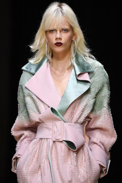 Фото №13 - Плащи Haute Couture и туфли с бантами на парижском показе Versace