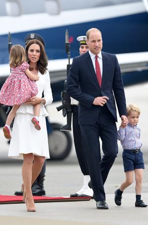 Фото №5 - Принцесса Шарлотта и принц Джордж: первые фото из Польши