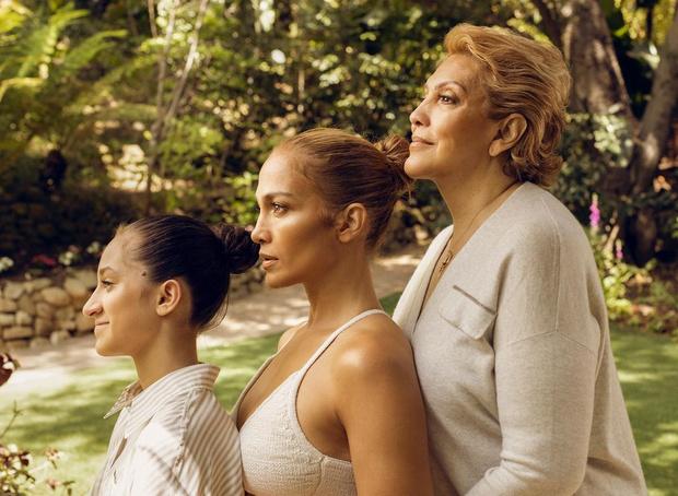 Дженнифер Лопес с мамой и дочкой