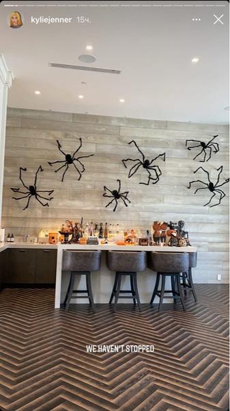 Фото №1 - Вдохновляемся и повторяем: Кайли Дженнер показала, как украсила дом к Хэллоуину