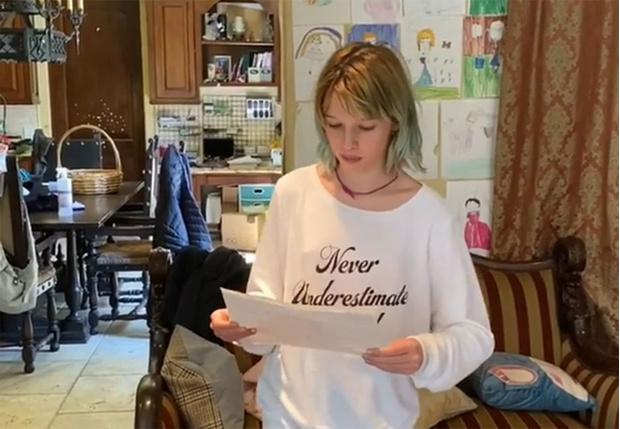 Фото №1 - Дочь Миллы Йовович написала сказку на русском языке и читает на камеру без акцента (видео)