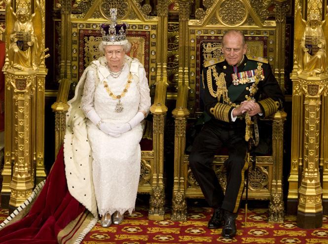 Фото №2 - Елизавета II снова демонстрирует чувство юмора и невозмутимость