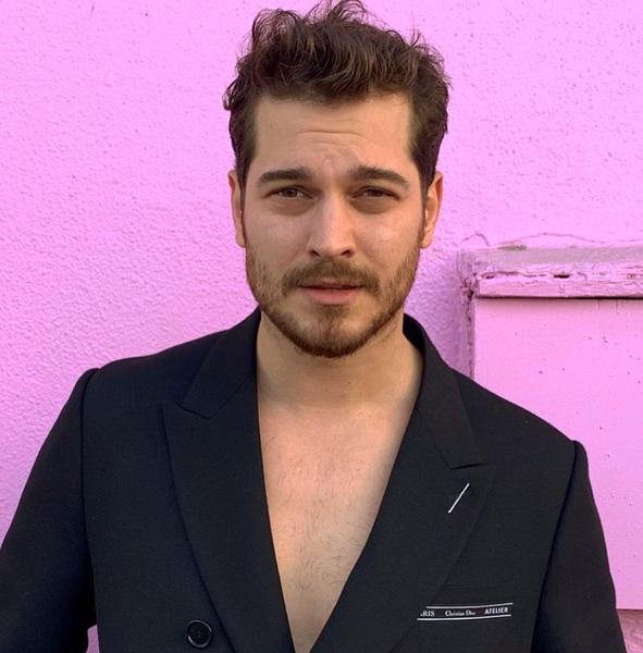 Фото №2 - Угадай, кто: секси турецкий актер, который всегда выглядит по-разному 💥
