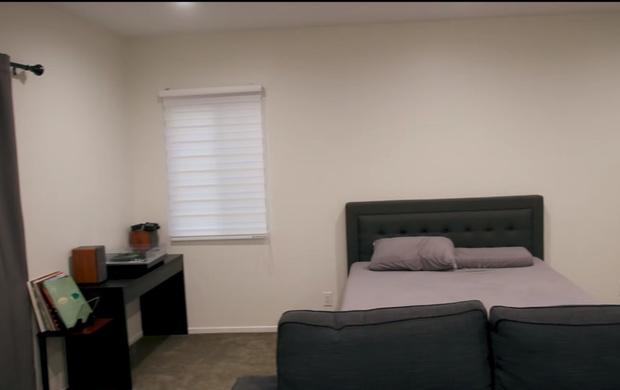 Фото №2 - Блогер предложил всем желающим помочь ему обставить комнату. Результат получился безумным и веселым (видео)