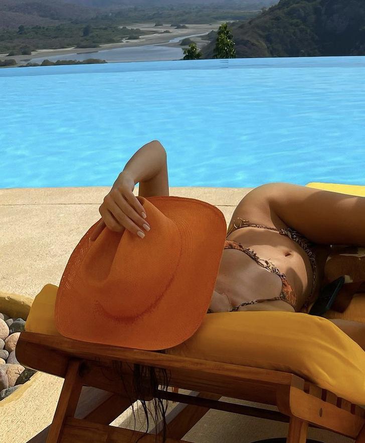 Фото №4 - Яркая шляпа + крошечное бикини: отпускные фото Кендалл Дженнер, от которых станет жарко даже в -20