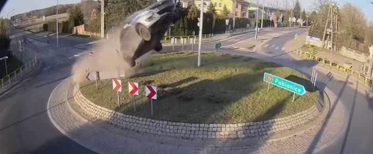 Фото №1 - Автомобиль врезается в клумбу на круговом перекрестке и красиво улетает в небо (видео)