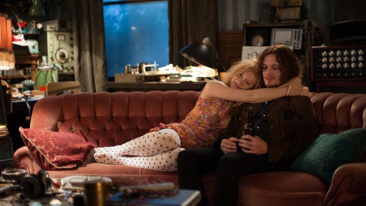 Фото №2 - Самые популярные позы для сидения на диване с девушкой и что они значат