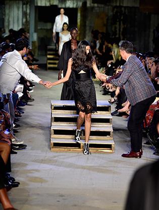 Фото №5 - Кэндис Свейнпол упала на показе Givenchy в Нью-Йорке