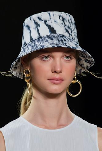 Фото №6 - Шляпы, панамы и кепки: модные головные уборы для лета 2020