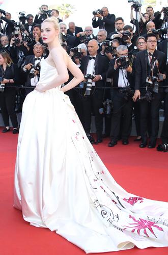 Фото №6 - Канны-2017: лучшие beauty-образы с церемонии открытия кинофестиваля