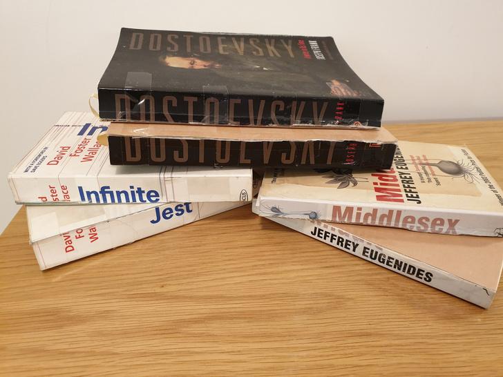 Фото №2 - Парень показал, как он поступает с толстыми книгами, и заслужил прозвище «убийца книг»