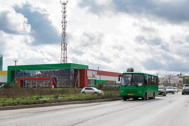 Автобус 64 ходит каждые 15 минут. Но часто он не справляется с потоком пассажиров