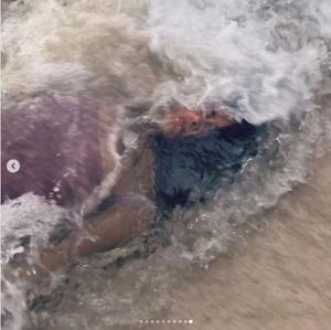 Фото №2 - 52-летняя Сальма Хайек показала шикарную грудь
