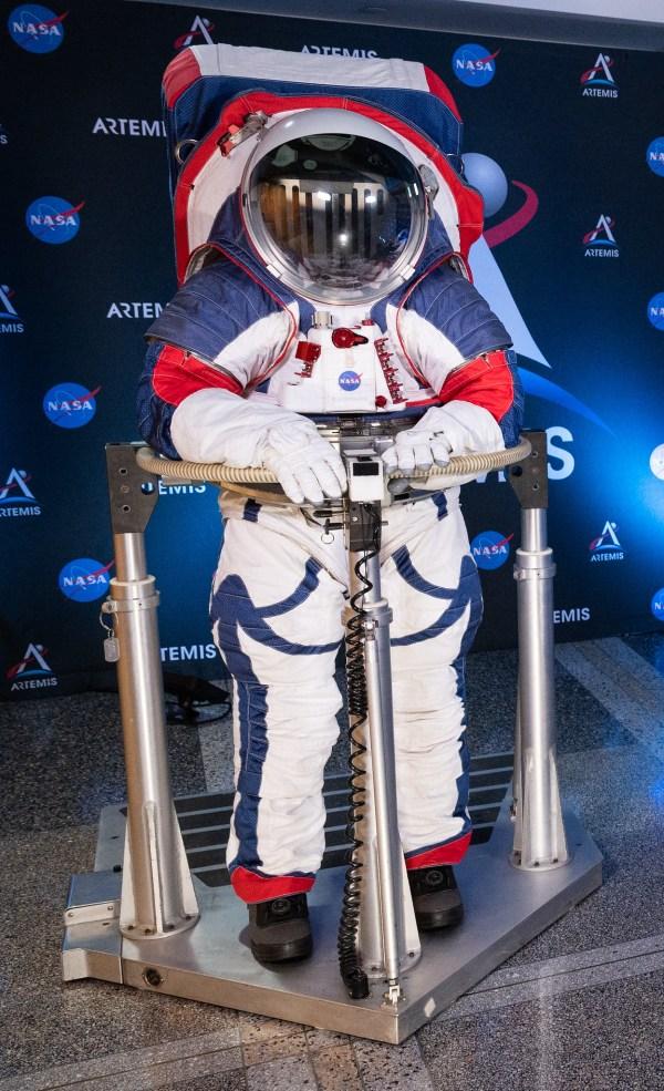 Фото №3 - В NASA показали новые скафандры для полета на Луну и Марс (фото и видео)