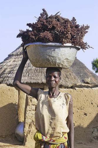 Gilles Paire / Shutterstock.comВсех, когда-либо приезжавших в страны Востока или Африки, поражала легкость, с которой местные жители носят на голове довольно увесистые грузы. Женщины кенийского племени луо, например, способны носить груз, равный почти 70% веса их тела. Исследования физиологов доказывают, что переноска тяжестей на голове — самая экономичная для человеческого организма. А подтверждением этому могут служить законы физики— ведь, перемещая груз с постоянной скоростью по горизонтальной поверхности, человек практически не совершает работы, кроме затрачиваемой на преодоление силы трения.