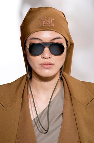 Фото №8 - Стильный прием: 10 цепочек, которые сделают ваши очки еще моднее