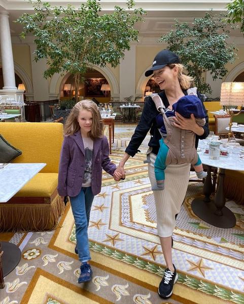 Фото №1 - 10-летняя красотка-дочь Елены Подкаминской уже может похвастаться длинными ногами и пышной гривой волос