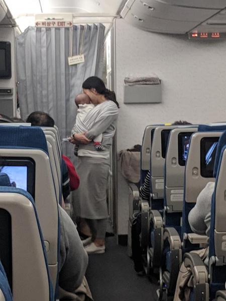 Фото №3 - Мама раздала пассажирам самолета подарки от сына-грудничка