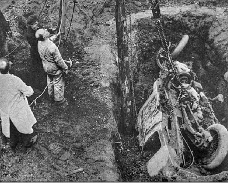 Через 20 лет после того как сотрудники Wolseley похоронили гирокар, они решили откопать его. Несколько лет машина Шиловского простояла в фирменном музее, а потом ее… пустили на металлом. Вот уроды!