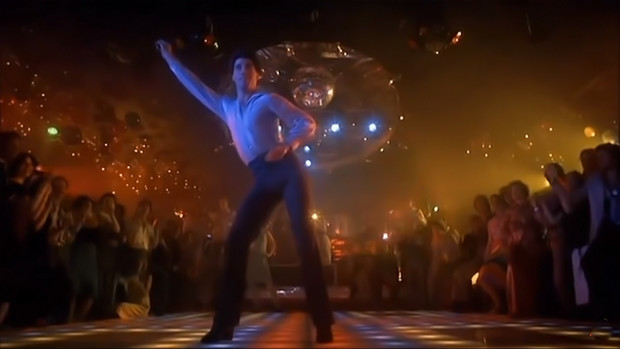 Джон Траволта в сцене, которая стала и иконой, и объектом для пародий. Фильм «Лихорадка субботнего вечера».