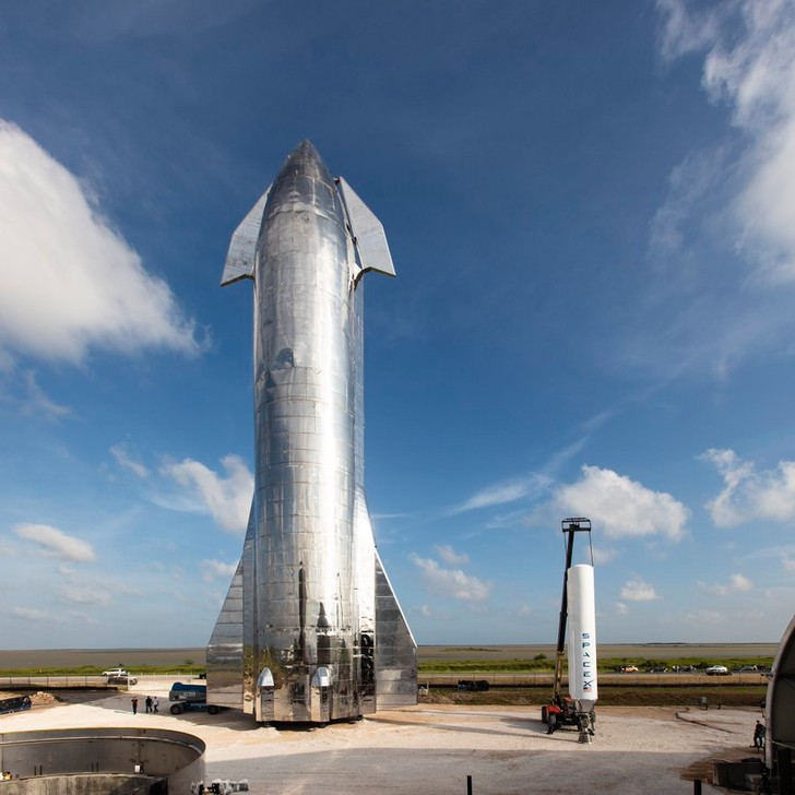 Фото №1 - SpaceX показала прототип межпланетного корабля. Маск обещает, что он полетит через пару месяцев