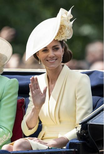 Фото №4 - Герцогиня Меган впервые появилась на публике после родов