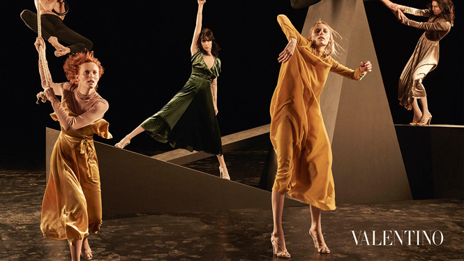 Фото №1 - Fashion-танец в осенней кампании Valentino