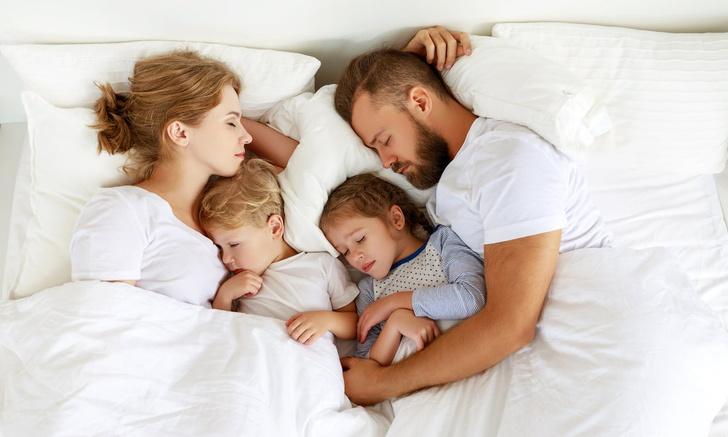 до какого возраста детям можно спать с родителями