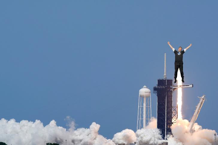 Фото №1 - Лучшие фотожабы на Илона Маска, празднующего успешный запуск Crew Dragon на МКС
