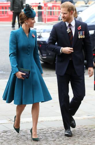 Фото №3 - Принц Гарри неожиданно появился на службе с Кейт (и дал новый повод для обсуждений)