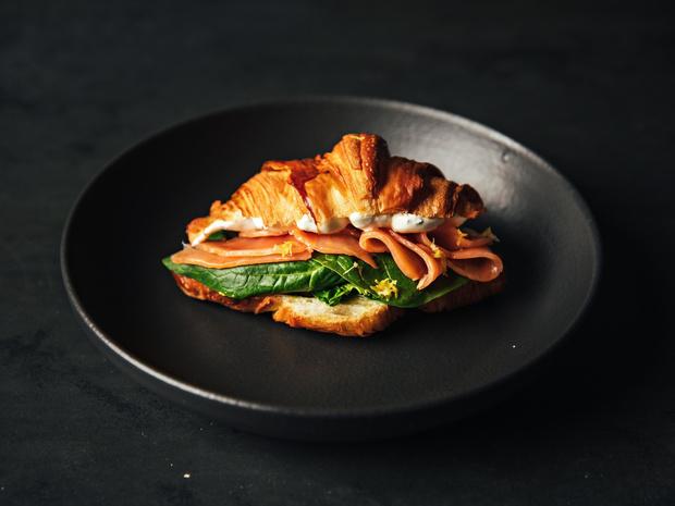Фото №3 - Сэндвич-круассан: 5 необычных и вкусных идей для завтрака