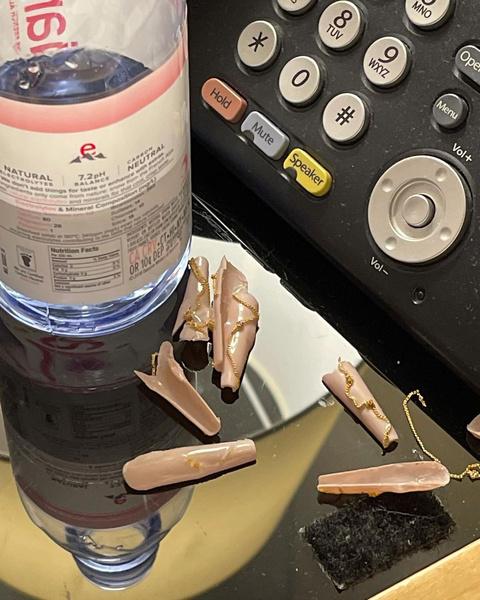 Фото №3 - Маникюр с цепями: повторяем необычный нейл-дизайн Эммы Чемберлен
