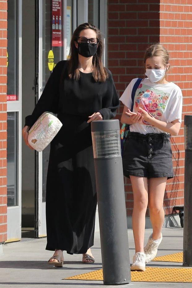 Фото №2 - Новый черный Анджелины Джоли— с длинным рукавом и по щиколотку