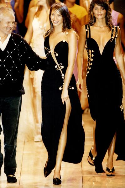 Фото №2 - Острые предметы: как 24 булавки на платье Versace завоевали весь мир