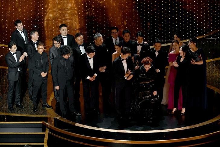 Каст фильма «Паразиты» после вручения «Оскара» за лучший фильм