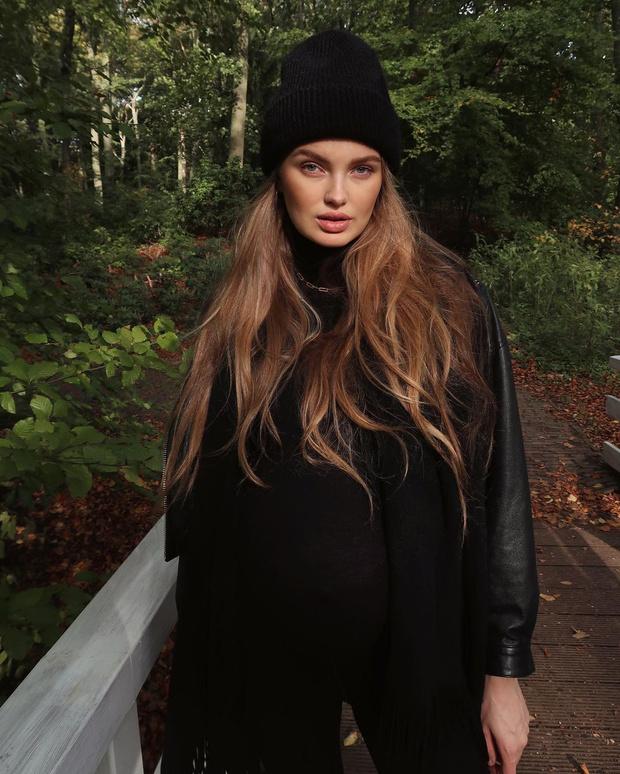 Фото №1 - Бини и цепь поверх водолазки: модные приемы от Роми Стрейд