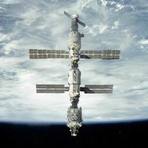 Фото №1 - Космонавтов оставили на орбите