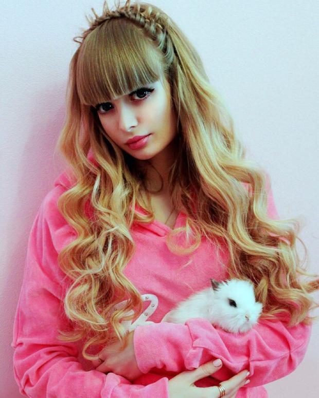 Фото №3 - Как живет девушка, из которой мама сделала живую Барби